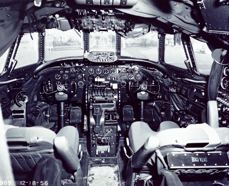 Foto de la cabina de vuelo de un Lockheed L-1049G Super Constellation