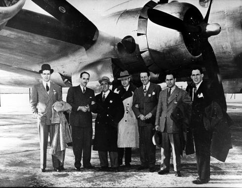 Foto de pasajeros en plataforma junto a un DC-4 de Iberia