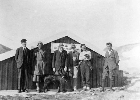 Inge Lehmann en una misión para la instalación de un sismógrafo en Groenlandia (1928)